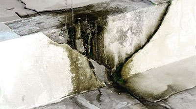Wet spots and water leakage on the wall